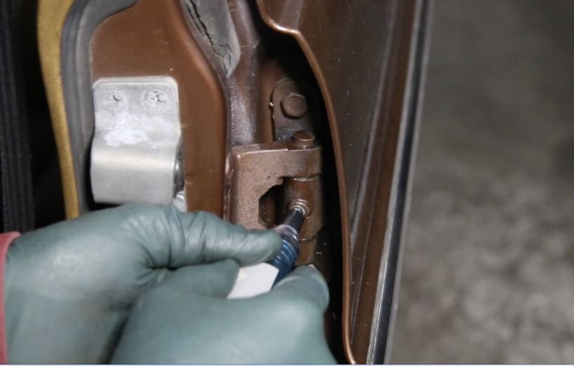 WARNING The grease gun is hand operated and requires some force to push the grease through the fitting and into the hinge. If your hinge is frozen up ... & Door Hinge Complete Lube Kit w/ Video Instructions | MercedesSource ...