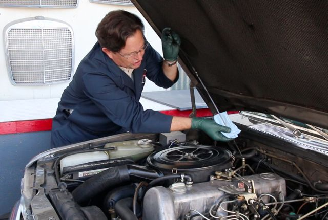 How To Check Automatic Transmission Fluid >> Measuring Automatic Transmission Fluid Level ...